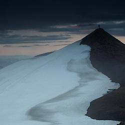 Quelque part en Islande, un homme au sommet d'une montagne