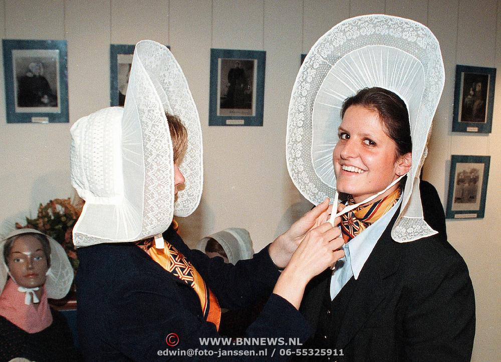 Expositie opening Huizer klederdracht en mutsen in de Rabobank Huizen, 2 medewerksters oa Suzanne Awick