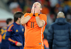 11.07.2010, Soccer-City-Stadion, Johannesburg, RSA, FIFA WM 2010, Finale, Niederlande (NED) vs Spanien (ESP) im Bild Arjen Robben regaiert enttäuscht auf die bittere Niederlage im Finale von Johannesburg, EXPA Pictures © 2010, PhotoCredit: EXPA/ InsideFoto/ Perottino *** ATTENTION *** FOR AUSTRIA AND SLOVENIA USE ONLY! / SPORTIDA PHOTO AGENCY