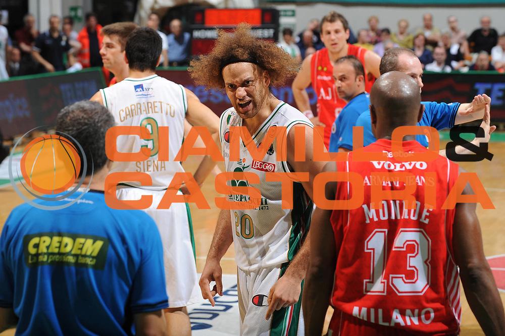 DESCRIZIONE : Siena Lega A 2009-10 Playoff Finale Gara 1 Montepaschi Siena Armani Jeans Milano<br /> GIOCATORE : Shaun Stonerook<br /> SQUADRA : Montepaschi Siena Armani Jeans Milano <br /> EVENTO : Campionato Lega A 2009-2010 <br /> GARA : Montepaschi Siena Armani Jeans Milano<br /> DATA : 13/06/2010<br /> CATEGORIA : Delusione<br /> SPORT : Pallacanestro <br /> AUTORE : Agenzia Ciamillo-Castoria/GiulioCiamillo<br /> Galleria : Lega Basket A 2009-2010 <br /> Fotonotizia : Siena Lega A 2009-10 Playoff Finale Gara 1 Montepaschi Siena Armani Jeans Milano<br /> Predefinita :