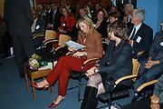 Prinses M&aacute;xima ontvangt 27 oktober 2005 het eerste exemplaar van Cordaid boek over microkrediet <br /> <br /> In het boek, Investing in the Poor, Linking social investors to microfinance, staan verhalen van betrokkenen bij microkrediet, zowel investeerders als ontvangers. Prinses M&aacute;xima is VN-adviseur voor het Internationale Jaar van het Microkrediet 2005. Eerder dit jaar bezocht zij microkredietprojecten in Kenia van onder meer Cordaid. <br /> <br /> Princess M&aacute;xima receives 27 October 2005 the first copy of Cordaid book concerning microcredit in the book, Investing in the Poor, Linking social investors to microfinance, stands recover of people concerned at microcredit, both investors and recipients. Princess M&aacute;xima is Vn-advisor for the international year of the Microkrediet 2005 .