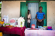 Haïti, Département de la Grand'Anse, commune de Léon. À la suite du passage de l'ouragan Matthew en octobre 2016, des centaines de femmes ont bénéficié de subventions financières pour la reprise de leurs activités économiques (essentiellement des petits commerces) et ont bénéficié d'une formation en gestion financière pour renforcer leurs capacités.