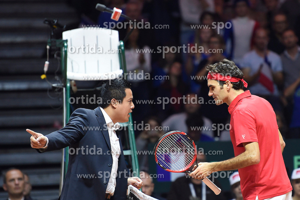 21.11.2014, Stade Pierre Mauroy, Lille, FRA, Davis Cup Finale, Frankreich vs Schweiz, im Bild Roger Federer (SUI) beschwert sich bei Schiedsrichter James Keothavong // during the Davis Cup Final between France and Switzerland at the Stade Pierre Mauroy in Lille, France on 2014/11/21. EXPA Pictures &copy; 2014, PhotoCredit: EXPA/ Freshfocus/ Valeriano Di Domenico<br /> <br /> *****ATTENTION - for AUT, SLO, CRO, SRB, BIH, MAZ only*****