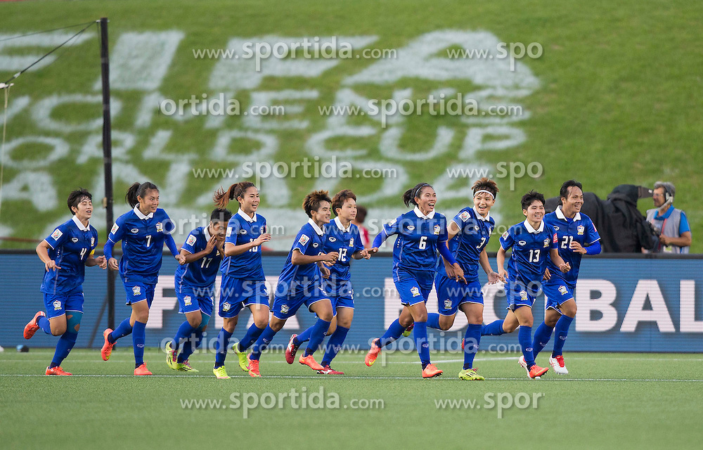 12.06.2015, Lansdowne Stadium, Ottawa, CAN, FIFA WM, Frauen, Elfenbeink&uuml;ste vs Thailand, Gruppe B, im Bild Players of Thailand celebrate scoring. Thailand won 3-2 // during group B match of FIFA Women's World Cup between Ivoire Coast and Thailand at the Lansdowne Stadium in Ottawa, Canada on 2015/06/12. EXPA Pictures &copy; 2015, PhotoCredit: EXPA/ Photoshot/ Zou Zheng<br /> <br /> *****ATTENTION - for AUT, SLO, CRO, SRB, BIH, MAZ only*****