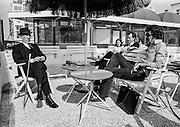 Den Haag - 00-07-1971 <br /> Links chroniqueur  Wilhelm John Michael Irish Stephenson 1908- 1973<br /> Kroniekschrijver van de Haagsche Courant die onder het pseudoniem Victor Voorhout schreef over het Haagse societyleven. Hij volgde mr Frans Dony op die de rubriek had opgezet. Hij was tevens oprichter van de Vrije Toneel Academie in Amsterdam.<br /> <br /> ©Ronald Speijer