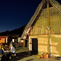 Preistorici a tavola davanti alla Palafitta del capo tribù