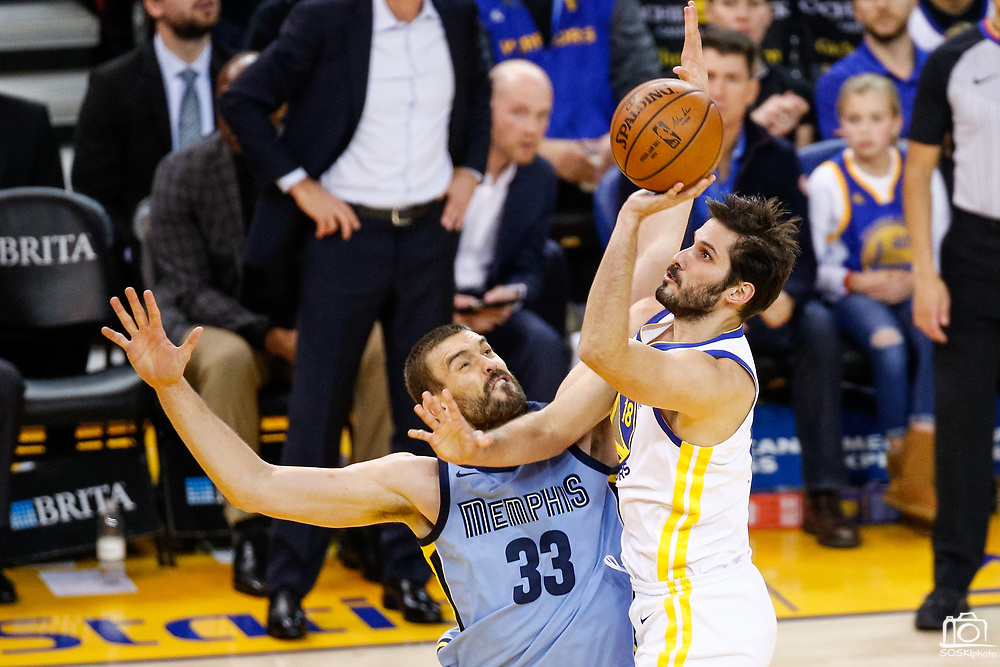 Golden State Warriors forward Omri Casspi (18) shoots the ball over Memphis Grizzlies center Marc Gasol (33) at Oracle Arena in Oakland, Calif., on December 20, 2017. (Stan Olszewski/Special to S.F. Examiner)