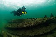 Plongeur explore les vestige du passé, Kingston, Ontario, Canada. | Diver explore historical wreck, Kingston, Ontario, Canada.