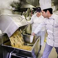 al lavoro nella cucina centralizzata per le mense scolastiche di Collegno
