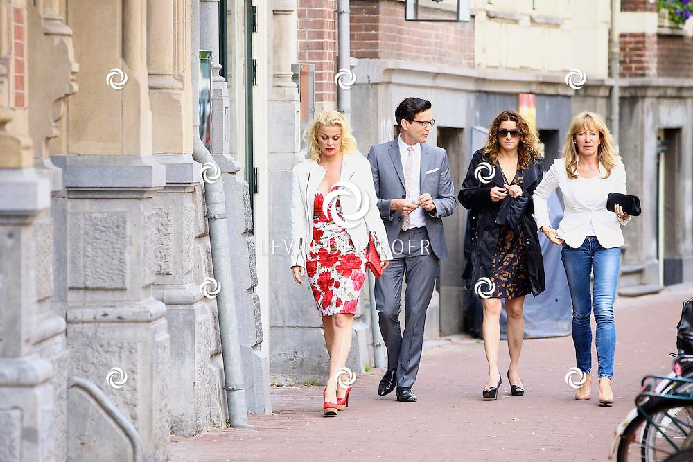 AMSTERDAM - In het DeLaMar Theater is de premiere van een Nederlands toneelstuk 'Een Ideale Vrouw' een komedie over liefde. Met op de foto  Bridget Maasland (links en helemaal rechts Xenia Kasper. FOTO LEVIN DEN BOER - PERSFOTO.NU