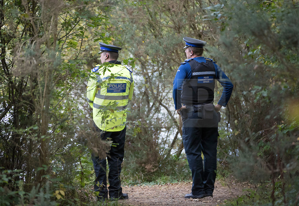 © Licensed to London News Pictures. 19/10/2016. Oxshott, UK. Police look on as members of a specialist dive team prepare to search Littleheath Pond near Oxshott, Surrey in connection with the murder of 50-year-old Robyn Mercer. The body of Mother-of-two, Robyn Mercer was discovered outside a residential address in West Molesey in March.  Photo credit: Peter Macdiarmid/LNP