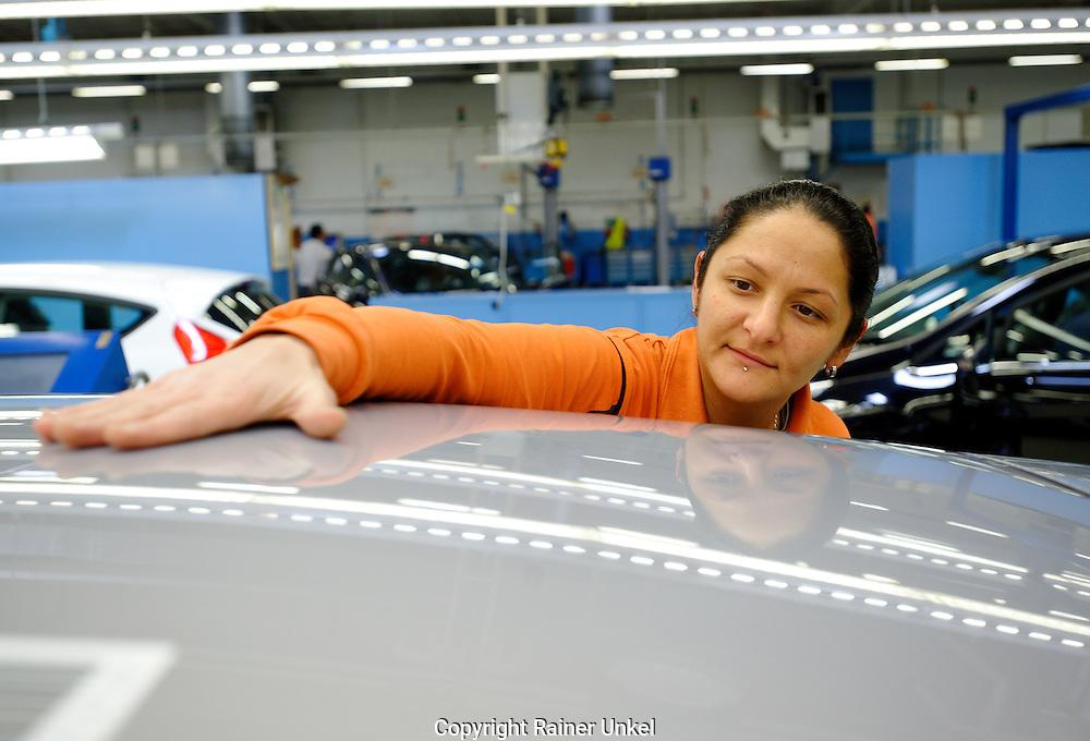 DEU , DEUTSCHLAND : Autoproduktion bei Ford in Koeln-Niehl : eine Arbeiterin prueft die Oberflaeche der Karosserie eines Fiesta. |DEU , GERMANY : Car production at Ford in Cologne-Niehl : a female worker is inspecting the body surface of Ford Fiesta car|. 07.02.2012. Copyright by : Rainer UNKEL , Tel.: 0171/5457756