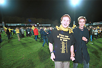 99123106: Strømsgodset - Start 0-1, Marienlyst stadion, 31. oktober 1999. Start har akkurat rykket opp til Tippeligaen 2000. Fansen jubler. (Foto: Peter Tubaas)