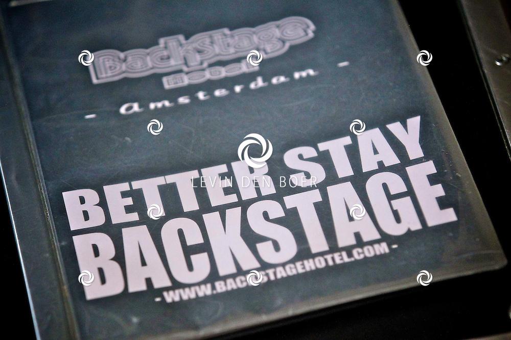 AMSTERDAM - In het Back Stage Hotel is vandaag op de geboortedag van Herman Brood, hij zou vandaag 65 jaar geworden zijn, een echte Herman Brood Kamer onthuld. En ook het boek met dvd genaamd Feel Like Doing It.  Met op de foto het Backstage Hotel. FOTO LEVIN DEN BOER - PERSFOTO.NU