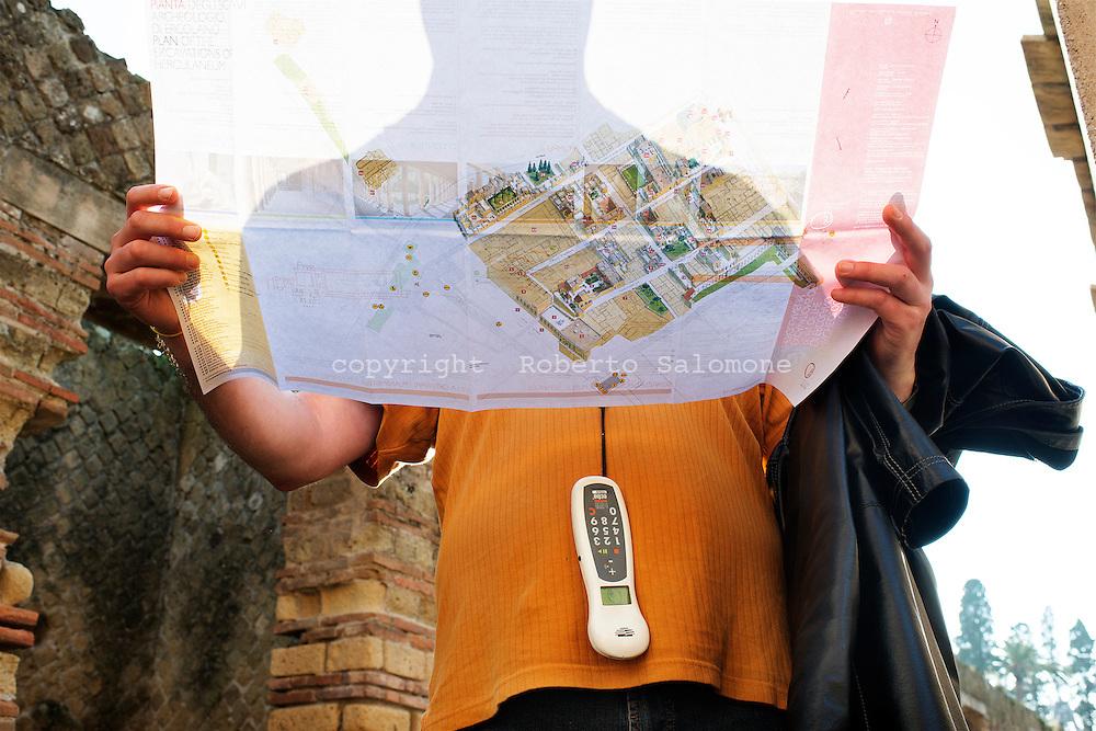 Ercolano, Italia - 23 novembre 2012. Un turista consulta una mappa degli scavi archeologici di Ercolano (Herculaneum). Il sito archologico di epoca romana, patrimonio dell'Unesco, distante solo pochi km da Pompei, ha riportato alla luce tesori antichi di inestimabile valore. A differenza di Pompei, ad Ercolano sono stati ritrovati reperti organici ed in legno che hanno permesso agli archeologi di studiare in modo più approfondito le abitudini dell'epoca. Ph. Roberto Salomone Ag. Controluce.ITALY - Tourist visit the archeological site of Herculaneum on November 23, 2012. The world heritage site of roman age, just a few miles away from Pompeii has brought to life treasures that made it possible for archeologists to study in a more detailed way the lifestyle of ancient romans.