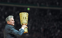 Fotball<br /> Tyskland<br /> 01.06.2013<br /> Foto: Witters/Digitalsport<br /> NORWAY ONLY<br /> <br /> Trainer Jupp Heynckes (Pokalsieger Bayern) mit dem Pokal<br /> <br /> Fussball, DFB-Pokal-Finale 2013, FC Bayern München - VfB Stuttgart