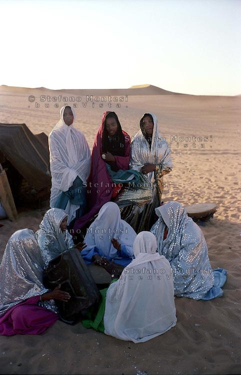LIBIA  GHADHAMES,  TUAREG NEL DESERTO .NELLA FOTO:DONNE TUAREG  DURANTE UNA FETSA TRADIZIONALE.FOTO STEFANO MONTESI
