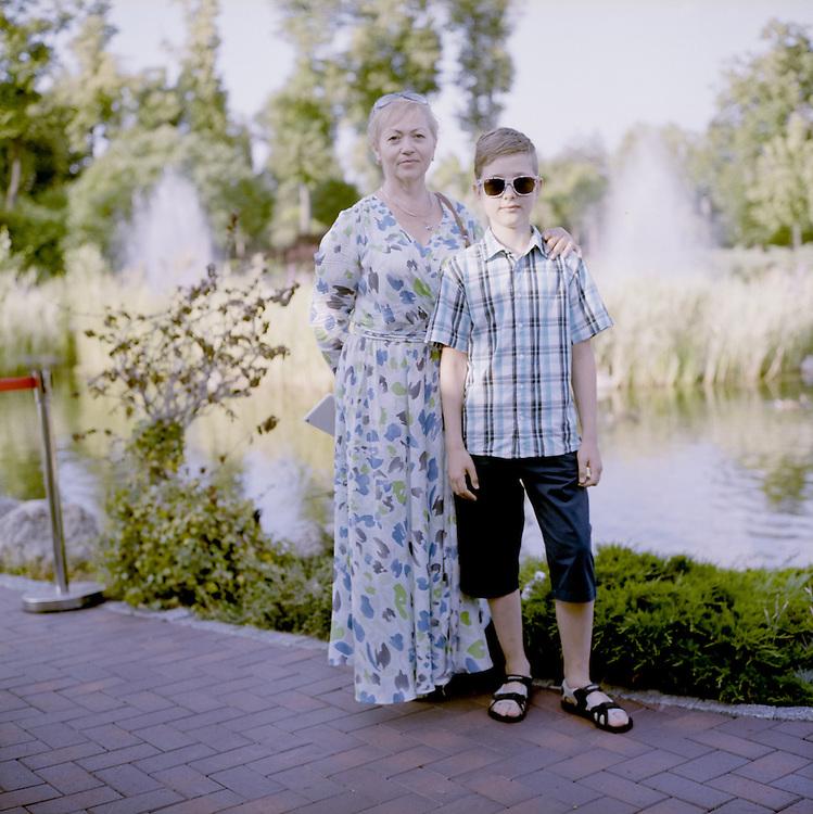Die Frage nach der Widersprüchlichkeit der Alltagsrealität in einem Land, das sich in einem Krieg befindet ist wiederholt gestellt worden. <br /> <br /> Im Sommer 2016 schien der Krieg im Donbass unendlich weit weg, zumindest in der ukrainischen Hauptstadt Kiew, zumindest vordergründig. <br /> <br /> In der kulturwissenschaftlichen Theorie kennt man den von Jan Assman geprägten Begriff des kulturellen Gedächtnisses. Symbolische Erinnerungsorte, kollektive Gründungsmythen und als verbindlich erlebte Erzählungen nationalstaatlicher Gemeinschaft verbinden sich in dieser Theorie zu einem Komplex, auf den sich eine Gesellschaft bezieht, spricht sie über das, was ihr genuin zueigen ist und was sie als ununterscheidbare Einheit von anderen trennt.<br /> <br /> In der Ukraine verwischen kulturelle Erinnerungsartefakte der Kiewer Ruß, des großen Hungers während der Stalindiktatur, des sowjetischen Erbes und der jüngsten Geschichte in der die kleptokratische Elite unter Viktor Janukowitsch die Transformation des Landes vom Kommunismus in den Kapitalismus pervertiert hat.<br /> <br /> Vor der Folie einer solch fragmentierten Vergangenheit, in der sich systemische, politische und emotional erlebte Machtverhältnisse überlagern, können Orte kollektiver Identität nicht unwidersprochen existieren. <br /> <br /> Diese Paradoxie tritt immer dann besonders hervor, wenn das kulturelle Gedächtnis neu codiert wird. Im Augenblick ist die in der Ukraine der Fall. <br /> <br /> Die Vergangenheit versagt in Bezug auf die nationale Selbstvergewisserung, die Gegenwart ist politisch und ideologisch überformt und die Zukunft ist ungewiss.