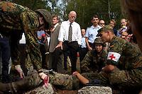 """17 AUG 2004, APPEN/GERMANY:<br /> Peter Struck (Mi-L), SPD, Bundesverteidigungsminister, und Oberst Roland Braun (Mi-R), Kommandeur der Unteroffizierschule, besichtigen die Praktische Ausbildung """"Retten und Bergen"""", waehrend einem Besuch der Unteroffiziersschule der Luftwaffe<br /> IMAGE: 20040817-01-016<br /> KEYWORDS: Truppenbesuch, Soldat, Soldaten, Bundeswehr, Sanitaetsuebung, Santitätsübung"""