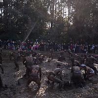 Fete paysanne celebrant la vigueur et la force  dans la region  de Chiba au Japon pour beneficier de bonnes recoltes; des jeunes hommes apres avoir ete benit par le clerc  shintoiste portent des nouveaux nes vers une riziere marecageuse et se battent ensuite avec de la boue.