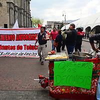 Toluca, México.- Vendedores ambulantes integrantes del Movimiento Antorchista  se manifestaron frente al ayuntamiento de Toluca exigiendo les sea devuelta la mercancía que en días pasados les fue decomisada por inspectores del ayuntamiento y se respeten los acuerdos que tienen.  Agencia MVT / Crisanta Espinosa