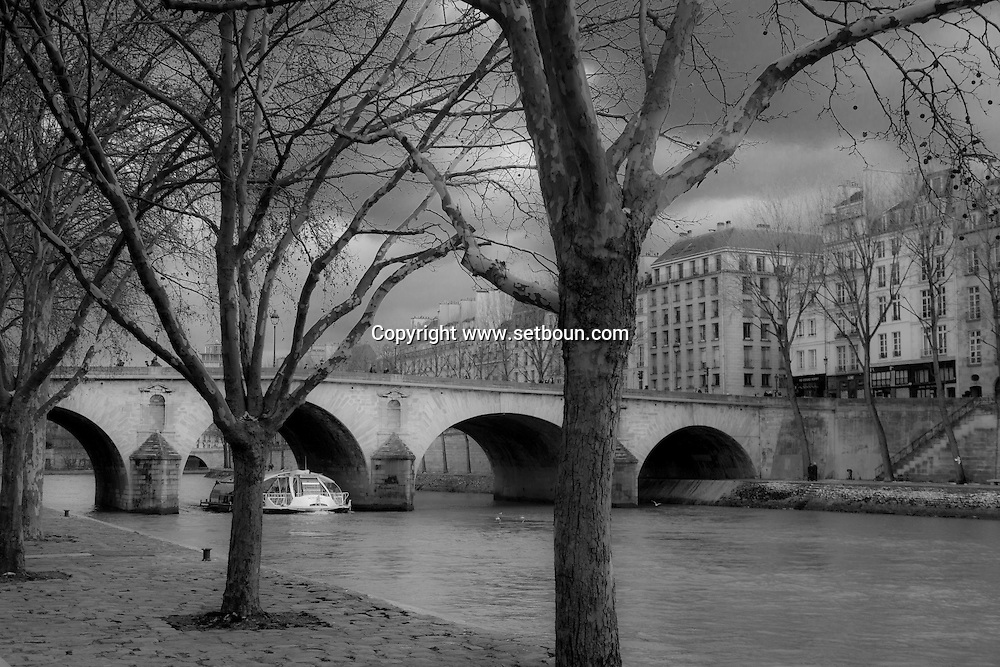 France. Paris. 4th district.. Pont Marie connect Saint Louis island to rive droite.  / le pont Marie sur la Seine