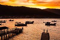 Anoitecer na Ilha das Campanhas, na Praia da Armação. Florianópolis, Santa Catarina, Brasil. / Ilha das Campanhas at dusk, next to Armacao Beach. Florianopolis, Santa Catarina, Brazil.