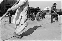 Pakistan - Province du Balouchistan - Gadani Beach - Travaillant souvent au peril de leur vie, des milliers de manoeuvres démantelent chaque jour, quasiment à mains nues, des dizaines de petroliers et cargos usés d'avoir sillonné les mers. // Pakistan. Balouchistan. Gadani beach. Cuting boat.