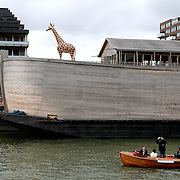 Nederland Rotterdam 9 september 2007 20070909 Foto: David Rozing ..Passanten in sloep fotograferen Ark van Noah van  Johan Huibers in het entrepot havengebied op de Kop van Zuid. Het houten schip waarin het verhaal uit de Bijbel op letterlijke manier wordt uitgelegd.Environmental planning: living on water. Johan Huibers has build his own arch of Noah..Foto: David Rozing