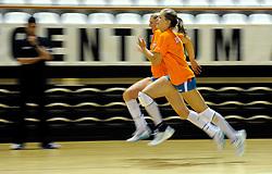 10-05-2011 VOLLEYBAL: TRAINING ORANJE VOLLEYBALVROUWEN: ALMERE<br /> De volleybalsters bereiden zich in Almere voor op nieuwe seizoen / (L-R) Quints Steenbergen, Maret Grothues<br /> ©2011-FotoHoogendoorn.nl