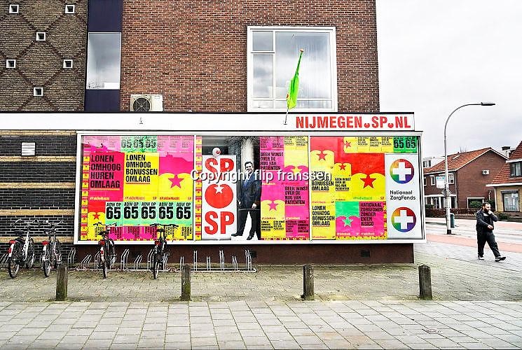 Nederland, Nijmegen, 5-3-2017In de wijk Heesch heeft de socialistische partij een kantoor,wijkkantoor,partijkantoor . De ramen hangen vol met verkiezingsposters en leuzen, vooral voor het zorgfonds,lagere huren,lonen omhoog, bonussen omlaag en de aow. Een portret van Emile Roemer hangt er ook tussen.Foto: Flip Franssen