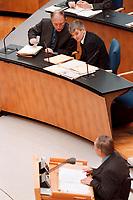 18.03.1999, Deutschland/Bonn:<br /> Günter Verheugen, SPD, Parl. Staatssekretär im Bundesaußenministerium, und Joschka Fischer, B90/Grüne, Bundesaußenminister, lauschen der Rede von Wolfgang Schäuble, CDU, CDU/CSU Fraktionsvorsitzender, während der Debatte zum EU-Gipfel, Deutscher Bundestag, Bonn<br /> IMAGE: 19990318-01/01-35<br /> KEYWORDS: Guenter Verheugen