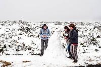 Pessoas fazendo um boneco de neve.  Urubici, Santa Catarina, Brasil. / <br /> People making a snowman.  Urubici, Santa Catarina, Brazil.
