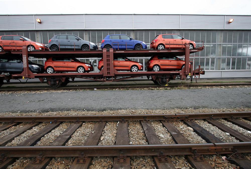 Mlada Boleslav/Tschechische Republik, Tschechien, CZE, 19.03.07: Das neue Modell des Skoda Fabia auf dem Werksgelände der Skoda Auto Fabrik in Mlada Boleslav für die Auslieferung per Schiene auf einen Autozug geladen. Der tschechische Autohersteller Skoda ist ein Tochterunternehmen der Volkswagen Gruppe.<br /> <br /> Mlada Boleslav/Czech Republic, CZE, 19.03.07: New Skoda Fabia vehicles prepared for transportation on train at Skoda car factory in Mlada Boleslav. Czech car producer Skoda Auto is subsidiary of the German Volkswagen Group (VAG).