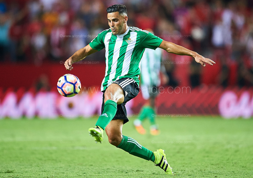 SEVILLE, SPAIN - SEPTEMBER 20:  Bruno Gonzalez of Real Betis Balompie in action during the match between Sevilla FC vs Real Betis Balompie as part of La Liga at Estadio Ramon Sanchez Pizjuan on September 20, 2016 in Seville, Spain.  (Photo by Aitor Alcalde Colomer/Getty Images)