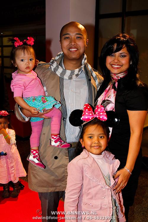 NLD/Amsterdam/20100401 - Inloop premiere Disney on Ice, Linda Wagenmakers en partner Greg Kromosoeto en kinderen Lois, Eve Julianne Tirza