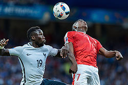 19.06.2016, Stade Pierre Mauroy, Lille, FRA, UEFA Euro, Frankreich, Schweiz vs Frankreich, Gruppe A, im Bild Bacary Sagna (FRA), Breel Embolo (SUI) // Bacary Sagna (FRA), Breel Embolo (SUI) during Group A match between Switzerland and France of the UEFA EURO 2016 France at the Stade Pierre Mauroy in Lille, France on 2016/06/19. EXPA Pictures © 2016, PhotoCredit: EXPA/ JFK