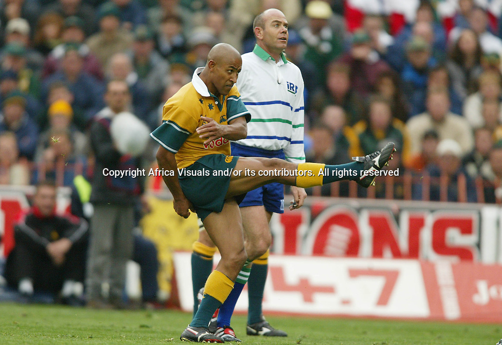 17 August 2002, Ellis Park, Tri - Nations, Rugby Union. South Africa v Australia. George Gregan lines up his drop kick to level the score. The Springboks defeated Australia, 33-31.<br />
