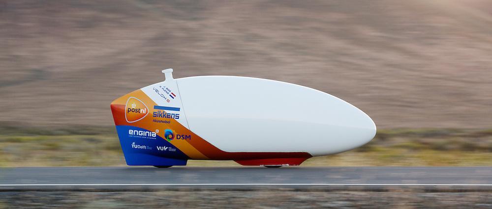 De VeloX 6 tijdens de vierde racedag. In Battle Mountain (Nevada) wordt ieder jaar de World Human Powered Speed Challenge gehouden. Tijdens deze wedstrijd wordt geprobeerd zo hard mogelijk te fietsen op pure menskracht. Het huidige record staat sinds 2015 op naam van de Canadees Todd Reichert die 139,45 km/h reed. De deelnemers bestaan zowel uit teams van universiteiten als uit hobbyisten. Met de gestroomlijnde fietsen willen ze laten zien wat mogelijk is met menskracht. De speciale ligfietsen kunnen gezien worden als de Formule 1 van het fietsen. De kennis die wordt opgedaan wordt ook gebruikt om duurzaam vervoer verder te ontwikkelen.<br /> <br /> In Battle Mountain (Nevada) each year the World Human Powered Speed Challenge is held. During this race they try to ride on pure manpower as hard as possible. Since 2015 the Canadian Todd Reichert is record holder with a speed of 136,45 km/h. The participants consist of both teams from universities and from hobbyists. With the sleek bikes they want to show what is possible with human power. The special recumbent bicycles can be seen as the Formula 1 of the bicycle. The knowledge gained is also used to develop sustainable transport.