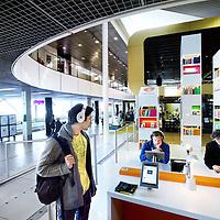 Nederland, Amsterdam Schiphol , 19 juli 2012..De bibliotheek achter de douane op luchthaven Schiphol. Reizigers kunnen zowel analoge als digitale kennis opdoen omtrent Nederlandse literatuur, kunst en cultuur in diverse talen..Foto:Jean-Pierre Jans