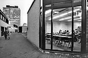 Nederland, Nijmegen, 15-5-1989<br /> De campus van de Radboud universiteit, voorheen katholieke universiteit, kun vanuit de Thomas van Aquinostraat.<br /> Op de achtergrond het Erasmusgebouw, ook wel het talengebouw genoemd en blikvanger van de universiteit. De Thomas van Aquinostraat, gebouwd in de zeventiger jaren, wordt in 2018 gesloopt en vervangen door nieuwbouw. <br /> Foto: Flip Franssen