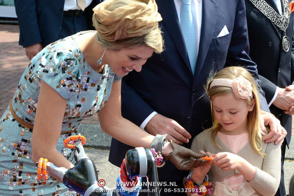 Koningsdag 2014 in Amstelveen, het vieren van de verjaardag van de koning. / Kingsday 2014 in Amstelveen, celebrating the birthday of the King. <br /> <br /> <br /> Op de foto / On the photo: koningin Maxima met haar dochter Ariane  / Queen Maxima with her daughter Ariane