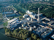 Nederland, Amsterdam-Noord, Zamenhofstraat, 17-10-2005; luchtfoto (25% toeslag); vestiging van chemieconcern AKZO Nobel, de chemische fabriek is plaatselijk bekend onder de historische naam Ketjen; voorheen zwaveelzuurfabriek, nu fabricage katalysatoren; de fabriek zal in verband met de ligging nabij een woonwijk (het Vogeldorp, linksboven met rode daken) en de verscherpte milieuwetgeving op termijn verdwijnen; naast de fabriek het Vliegenbos (vernoemd naar de sociaal-democraat W. H. Vliegen); infrastructuur, verkeer en vervoer, planologie, stadsvernieuwing, milieu, luchtvervuiling, ontheffing hinderwet, hinderwetvergunning.Foto Siebe Swart