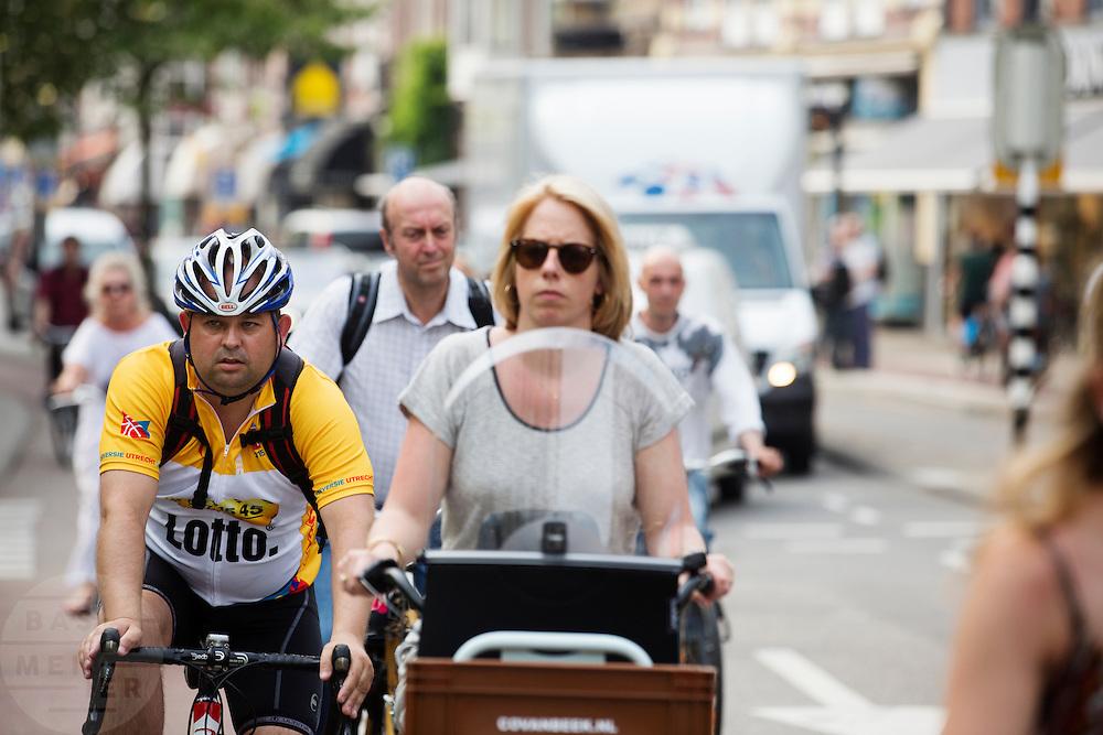 In Utrecht rijden fietsers in de spits.<br /> <br /> Cyclists in Utrecht.