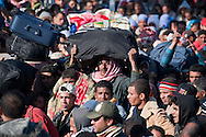 Une foule de quelques milliers de personnes s'amassent coté Libyens en attendant de pouvoir passer en Tunisie.  Les militaires Tunisiens et les bénévoles sont obligés de fermer la frontière afin de pouvoir organiser leur accueil dans de bonnes conditions. Plus de 140 000 réfugiés ont déjà quitté la Libye par la Tunisie ou l'Egypte et des milliers continuent d'arriver chaque jours. Mardi 1er Mars 2011, poste frontière de Ras Jedir, Tunisie..© Benjamin Girette / AP