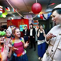 Nederland, Amstelveen , 7 februari 2013..CITO eindfeest op de Katholieke Basisschool de Triangel..Vanaf 16.30 uur ben je uitgenodigd voor het CITO eindfeest van de Triangel (op de Overloop)..Het thema is wereldburgers, dus we zouden het leuk vinden als je verkleed komt als iemand uit een bepaald land..Kinderen kwamen verkleed en er werd gedanst en een hoop lol getrapt..Foto:Jean-Pierre Jans