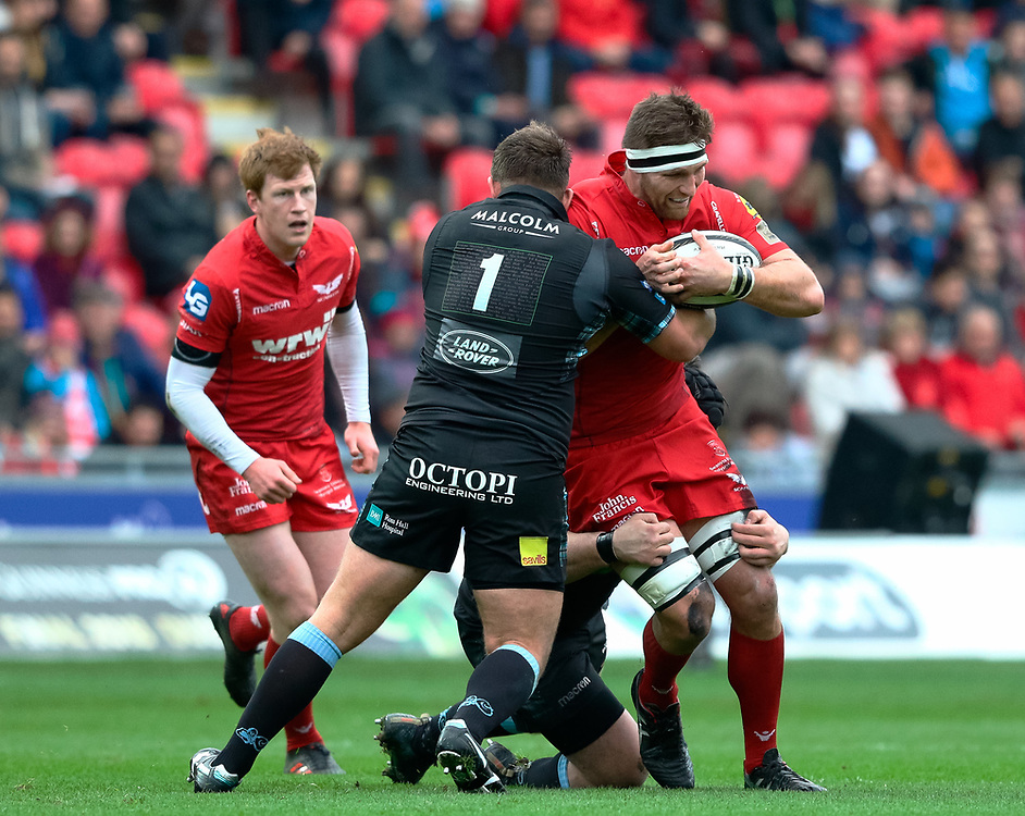 Scarlets' Steven Cummins under pressure from Glasgow Warriors' Jamie Bhatti<br /> <br /> Photographer Simon King/Replay Images<br /> <br /> Guinness PRO14 Round 19 - Scarlets v Glasgow Warriors - Saturday 7th April 2018 - Parc Y Scarlets - Llanelli<br /> <br /> World Copyright © Replay Images . All rights reserved. info@replayimages.co.uk - http://replayimages.co.uk