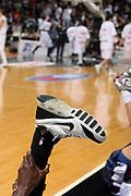 DESCRIZIONE : Bologna Lega A1 2006-07 VidiVici Virtus Bologna Eldo Napoli <br /> GIOCATORE : Scarpa Sesay Riscaldamento<br /> SQUADRA : Eldo Napoli <br /> EVENTO : Campionato Lega A1 2006-2007 <br /> GARA : VidiVici Virtus Bologna Eldo Napoli <br /> DATA : 21/04/2007 <br /> CATEGORIA : Curiosita Riscaldamento  <br /> SPORT : Pallacanestro <br /> AUTORE : Agenzia Ciamillo-Castoria/M.Marchi