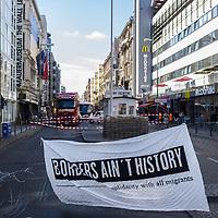 10 Aktivsten bauen symbolischen Grenzzaun am Checkpoint Charlie auf