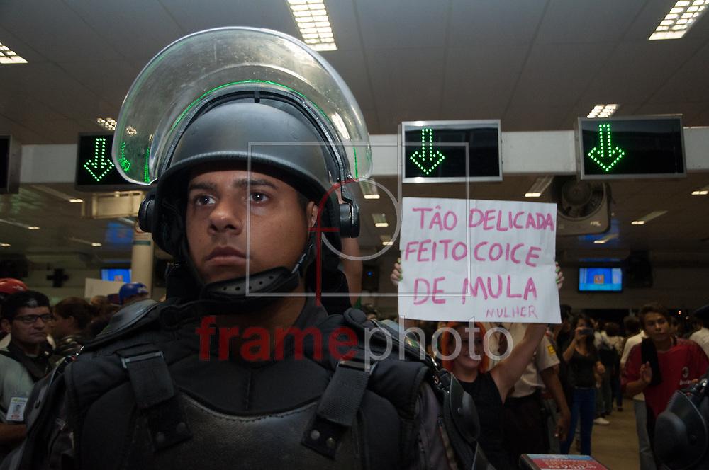 Manifestantes saíram da Candelária, no Centro, nesta quinta-feira (20), para mais um protesto contra o aumento das passagens. Eles seguiram até as Barcas na Praça XV onde tentaram fazer um catraca livre